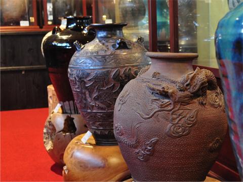 人間国宝の貴重な陶器や、色あせない琉球漆器