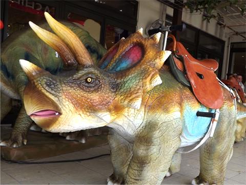 恐竜にも乗れるキッズスペース