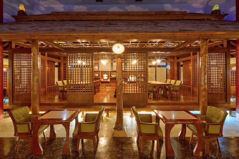 テーブルを囲む沖縄を代表する陶工たちの作品